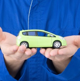 車の模型を持つスタッフ